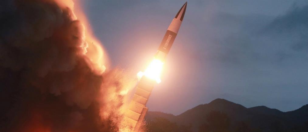 Βόρεια Κορέα: Ο Κιμ Γιονγκ Ουν επιθεώρησε τη δοκιμή ενός νέου πυραύλου (εικόνες)