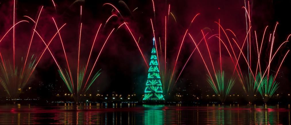 """Ρίο ντε Τζανέιρο: """"Μάγεψε"""" η φωταγώγηση του πλωτού χριστουγεννιάτικου δέντρου (εικόνες)"""