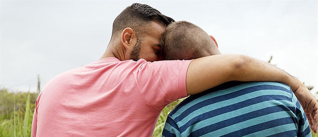 Ενστάσεις βουλευτών του ΣΥΡΙΖΑ στην αναδοχή από ομόφυλα ζευγάρια