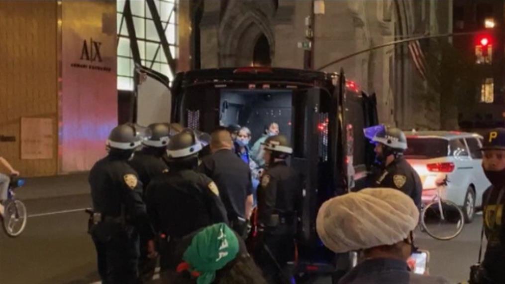 Διαδηλωτές συλλαμβάνονται μετά την απαγόρευση της κυκλοφορίας στην Νέα Υόρκη