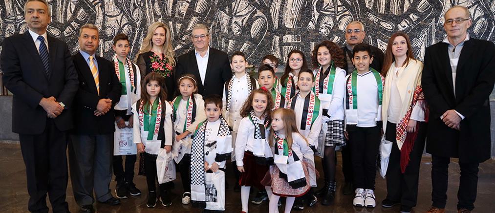 Κουτσούμπας: άκουσε τα κάλαντα από την παιδική χορωδία της Παλαιστινιακής Παροικίας στην Ελλάδα