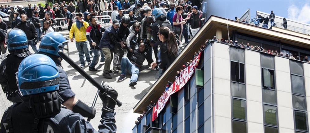 Βίαιη απομάκρυνση μεταναστών από εγκαταλελειμμένο κτίριο