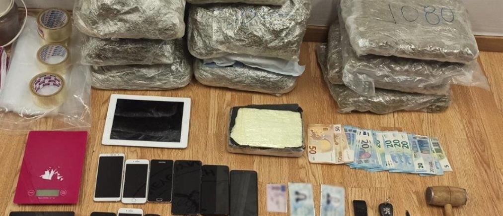 """Χειροπέδες σε """"βαποράκια"""" ναρκωτικών στον Πειραιά (εικόνες)"""