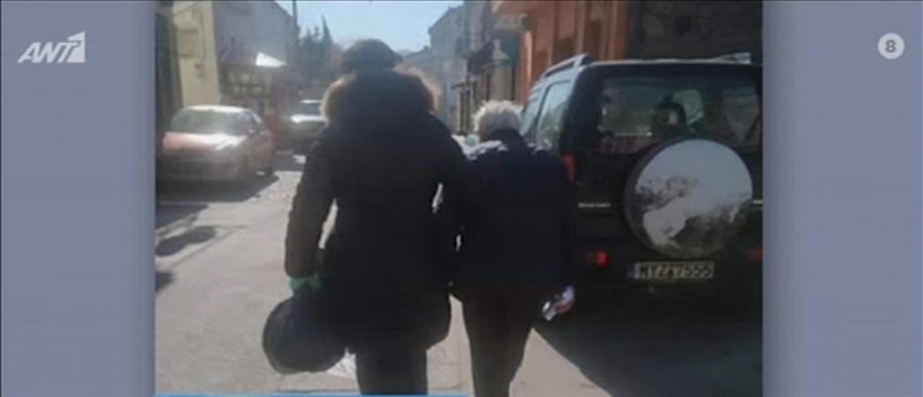 Παράτησαν στο δρόμο ηλικιωμένο με κορονοϊό (βίντεο)