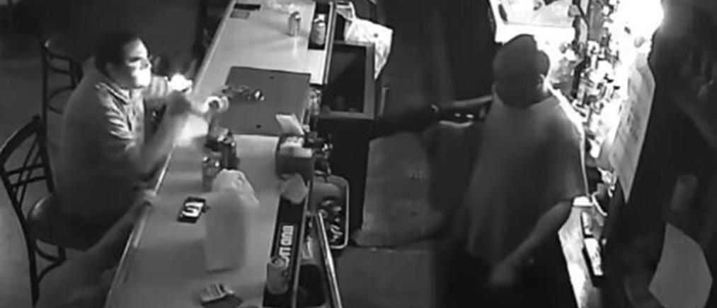 Έμεινε ατάραχος και άναψε τσιγάρο μπροστά σε… ένοπλο ληστή (βίντεο)