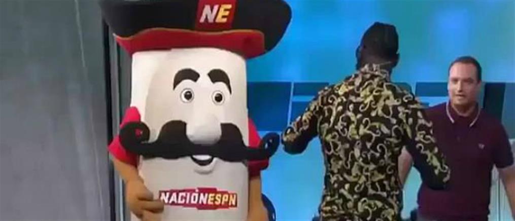 Πυγμάχος έσπασε το σαγόνι μασκότ σε τηλεοπτική εκπομπή (βίντεο)