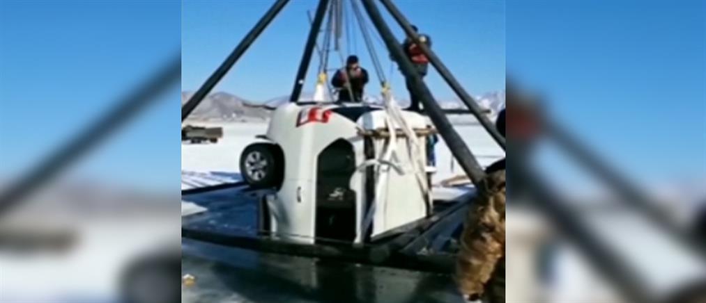 Απέδρασαν από αυτοκίνητο που βυθίστηκε σε παγωμένη λίμνη! (βίντεο)