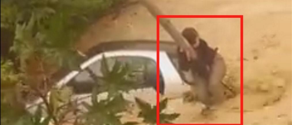 Συγκλονιστικό βίντεο: Νεαρή οδηγός σκαρφαλώνει σε στύλο της ΔΕΗ για να σωθεί από χείμαρρο