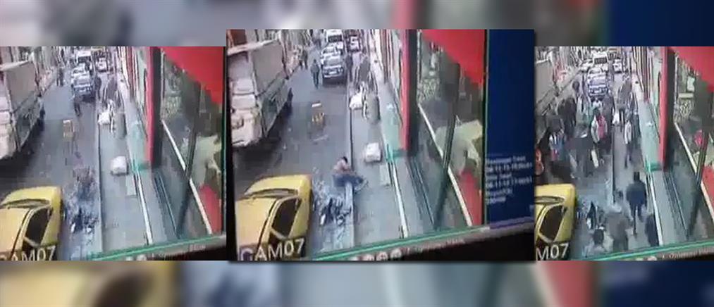 Βίντεο: Από την ουρά του ταχυδρομείου στον 3ο  με... βουτιά στο πεζοδρόμιο