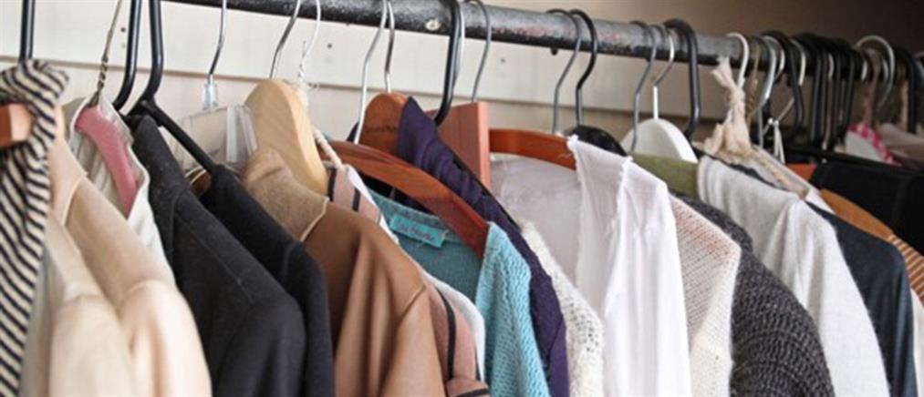 Lockdown: Πελάτες δοκίμαζαν ρούχα σε μαγαζί