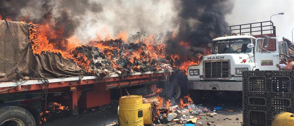 Χάος στη Βενεζουέλα: πυρπόλησαν φορτηγά με ανθρωπιστική βοήθεια (βίντεο)