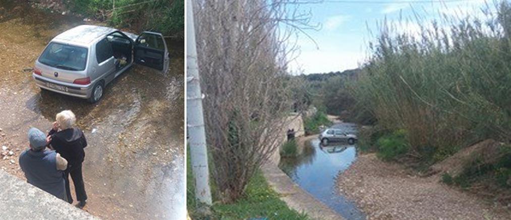 Αυτοκίνητο έπεσε σε ρέμα στη Ραφήνα (φωτό)