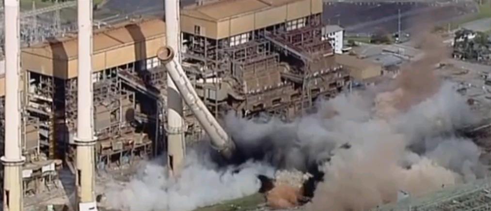 Κατεδάφιση εργοστασιακών φουγάρων σε 1' (βίντεο)