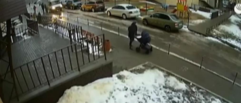 Αυτόχειρας έπεσε από πολυκατοικία και σκότωσε μωρό μέσα σε καροτσάκι (βίντεο)