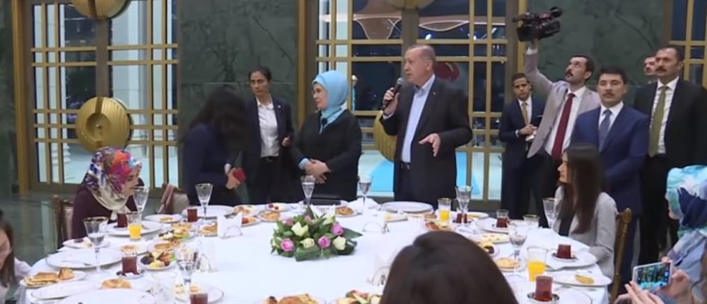 """Νεαρή τα """"έψαλε"""" στον Ερντογάν για την ελευθερία του Τύπου (βίντεο)"""