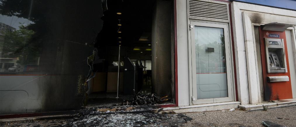 Επίθεση με βαριοπούλες και μολότοφ σε τράπεζα στο Χαϊδάρι