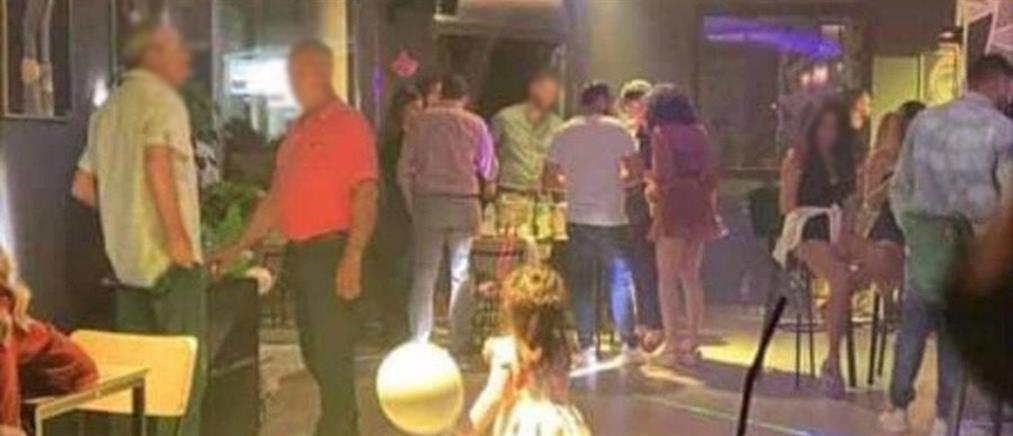 """Λέσβος: """"Κορονοπάρτι"""" σε μπαρ λίγα μέτρα από Αστυνομικό Τμήμα (βίντεο)"""