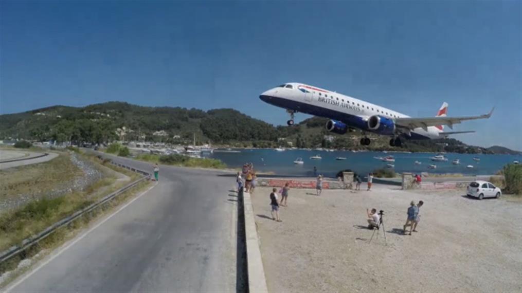 Σκιάθος: Η στιγμή που αεροπλάνο περνά λίγα μέτρα πάνω από τουρίστες