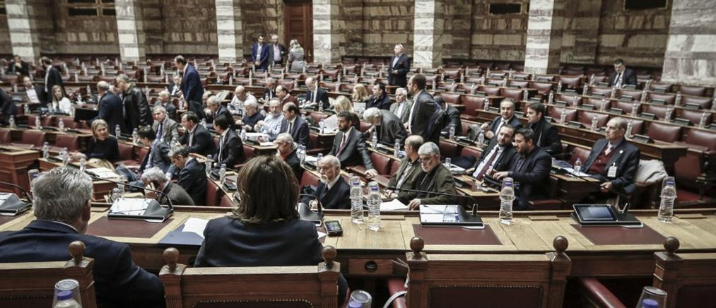 """""""Πυρά"""" κατά της κυβέρνησης για το πολυνομοσχέδιο στην Βουλή"""
