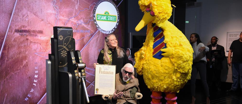 """Πέθανε ο """"Big Bird"""" του Sesame Street"""