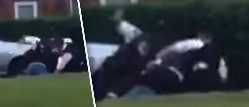 Αστυνομικός γρονθοκοπεί επανειλημμένα άνδρα πεσμένο στο έδαφος (βίντεο)