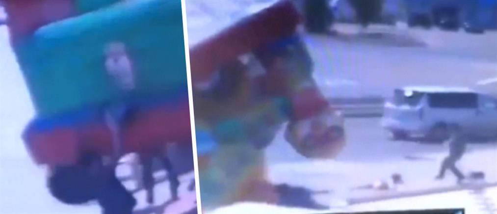 """Βίντεο: Η στιγμή που φουσκωτό κάστρο με παιδιά """"πετά"""" στον αέρα"""