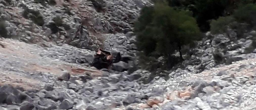 Νεκροί από πτώση ΙΧ σε χαράδρα (εικόνες)
