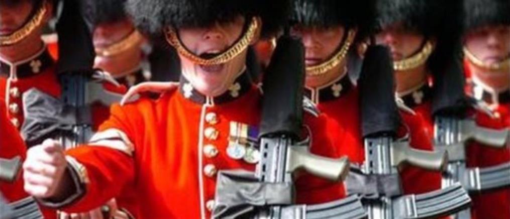 Άνδρας της Βασιλικής Φρουράς έστρεψε το όπλο του σε τουρίστα (Βίντεο)