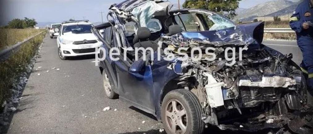 """Αυτοκίνητο """"καρφώθηκε"""" σε καρότσα τρακτέρ με βαμβάκι (εικόνες)"""