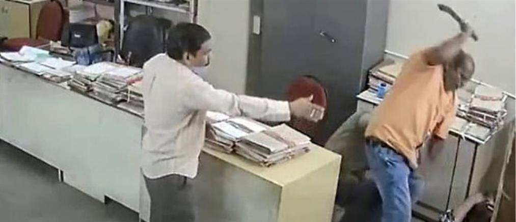 Πλάκωσε στο ξύλο συνάδελφό του επειδή του είπε να φορέσει μάσκα (βίντεο)