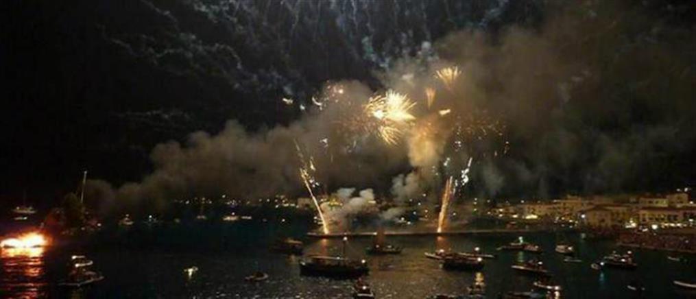 """Σπέτσες: Εντυπωσιακό σόου πυροτεχνημάτων στην """"Αρμάτα"""" (βίντεο)"""