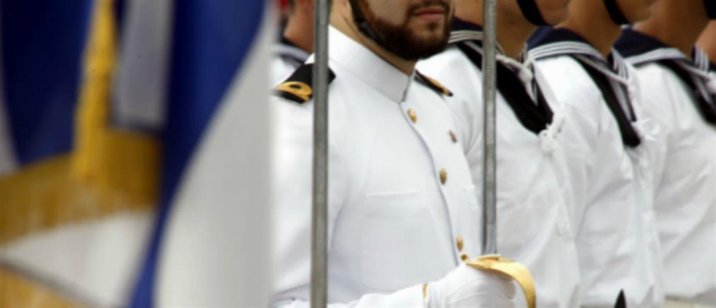 Σοκ: αξιωματικός του Πολεμικού Ναυτικού πουλάει το ξίφος του! (φωτο)