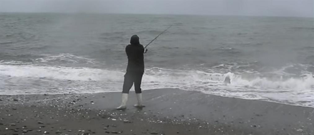 """Κακοκαιρία """"Αθηνά"""": ένας ψαράς… παντός καιρού (βίντεο)"""