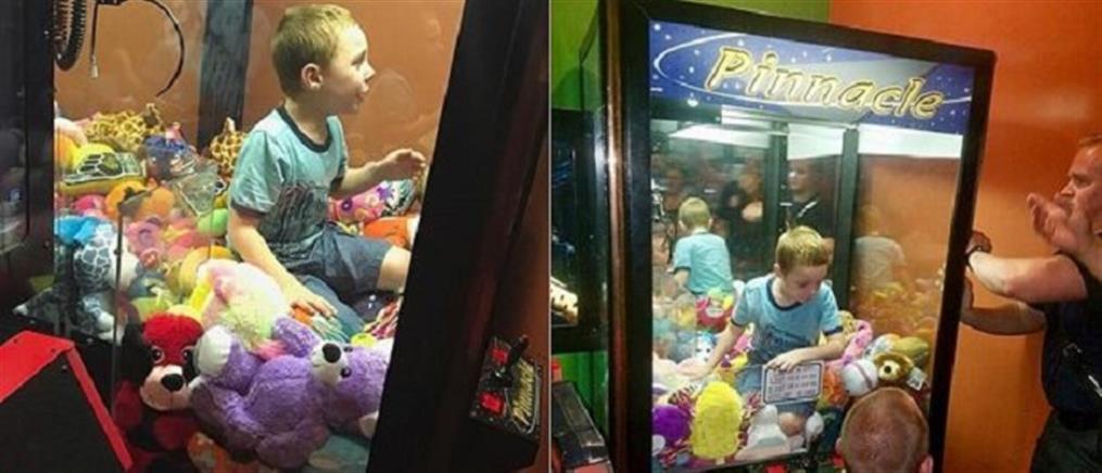 """Εγκλωβίστηκε αγοράκι μέσα στη """"δαγκάνα"""" με τα κουκλάκια (φωτογραφίες)"""