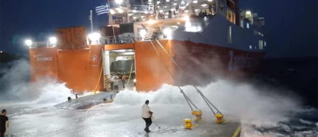"""Πλοίο δίνει """"μάχη"""" για να δέσει στην Σίκινο (βίντεο)"""