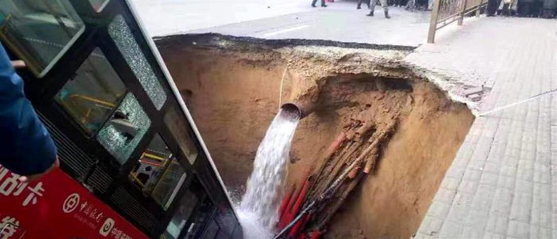 """Τραγωδία: Άνοιξε τρύπα σε δρόμο και """"κατάπιε"""" λεωφορείο! (εικόνες)"""