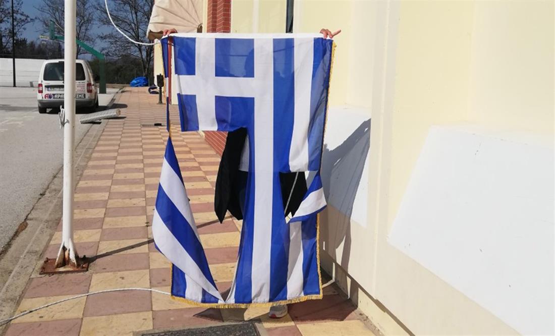 14χρονοι - έσκισαν την ελληνική σημαία - σχολείο - Θέρμη - Θεσσαλονίκη