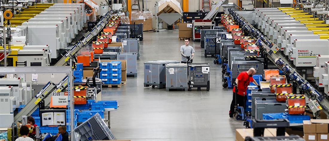 Γραμμή παραγωγής - εργάτες- εργοστάσιο