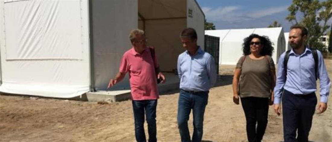 Αντιπροσωπεία του ΣΥΡΙΖΑ στο στρατόπεδο Κορίνθου, όπου μεταφέρθηκαν οι μετανάστες από τα κτίρια που εκκενώθηκαν