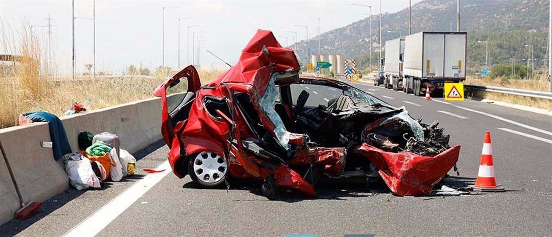 """""""Σμπαράλια"""" έγινε αυτοκίνητο που έπεσε σε φορτηγό σταματημένο σε ΛΕΑ (εικόνες)"""