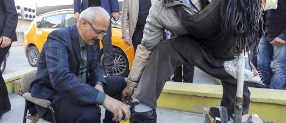 """Στα πόδια... ψηφοφόρων πέφτουν οι υπουργοί στην Τουρκία για το """"ΝΑΙ"""" (βίντεο)"""
