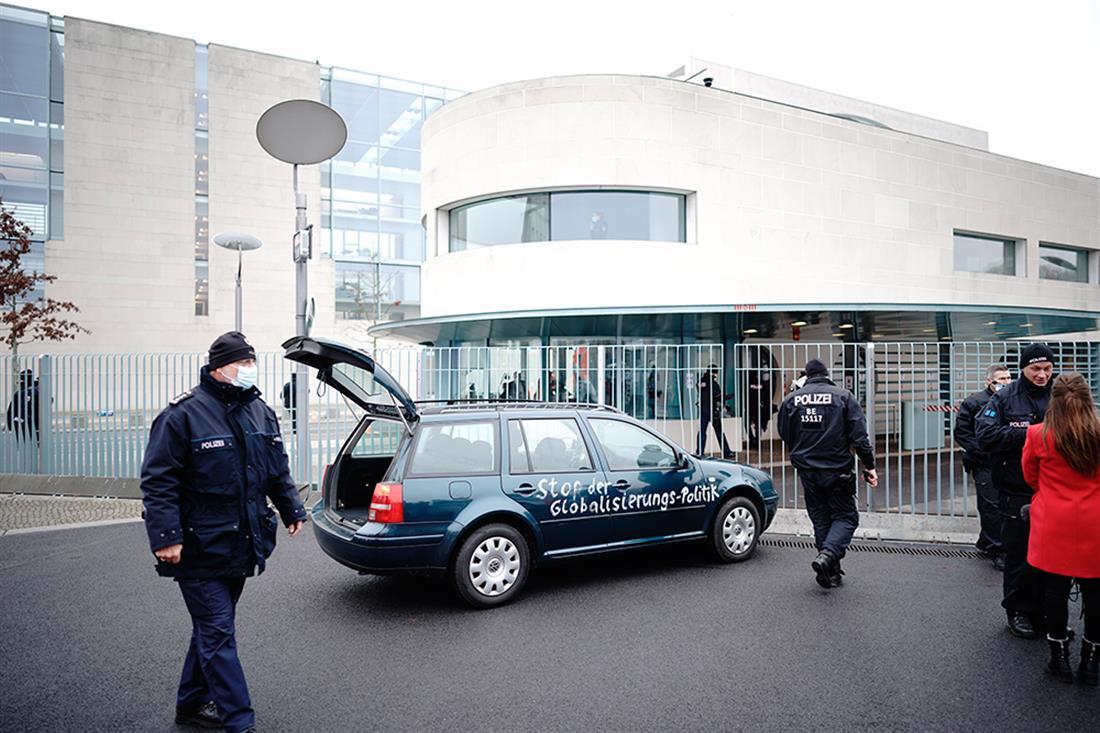 AP - Αυτοκίνητο - ατύχημα - γραφείο της Μέρκελ