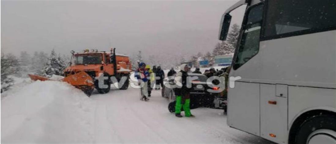 Μαρτύριο στον χιονιά για επιβάτες λεωφορείου (εικόνες)