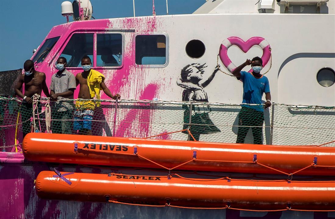 AP - Banksy - πλοία διάσωσης - μετανάστες - πρόσφυγες - Μεσόγειος