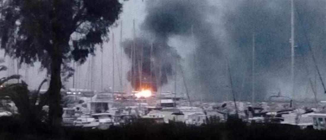 Στις φλόγες τυλίχτηκαν δυο ιστιοφόρα μέσα στο λιμάνι της Πάτρας (εικόνες)