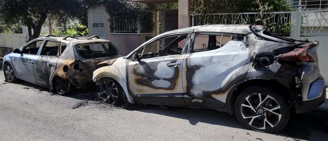 Μπαράζ εμπρησμών σε αυτοκίνητα