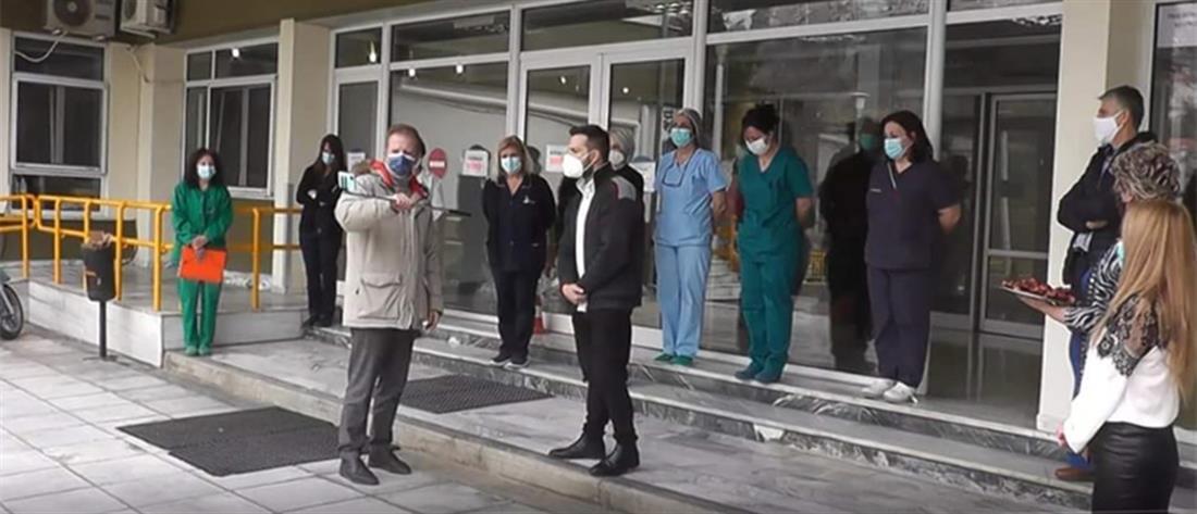 Κορονοϊός - Χριστούγεννα: Εκπαιδευτικοί είπαν τα κάλαντα σε γιατρούς και νοσηλευτές