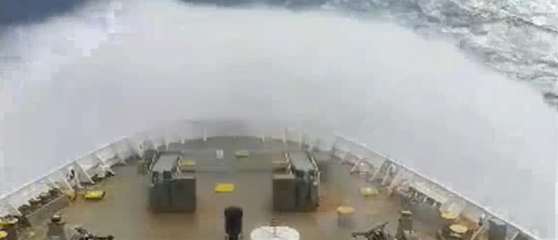 """Βίντεο που """"κόβει την ανάσα"""": πλοίο δίνει """"μάχη"""" με πελώρια κύματα  (βίντεο)"""