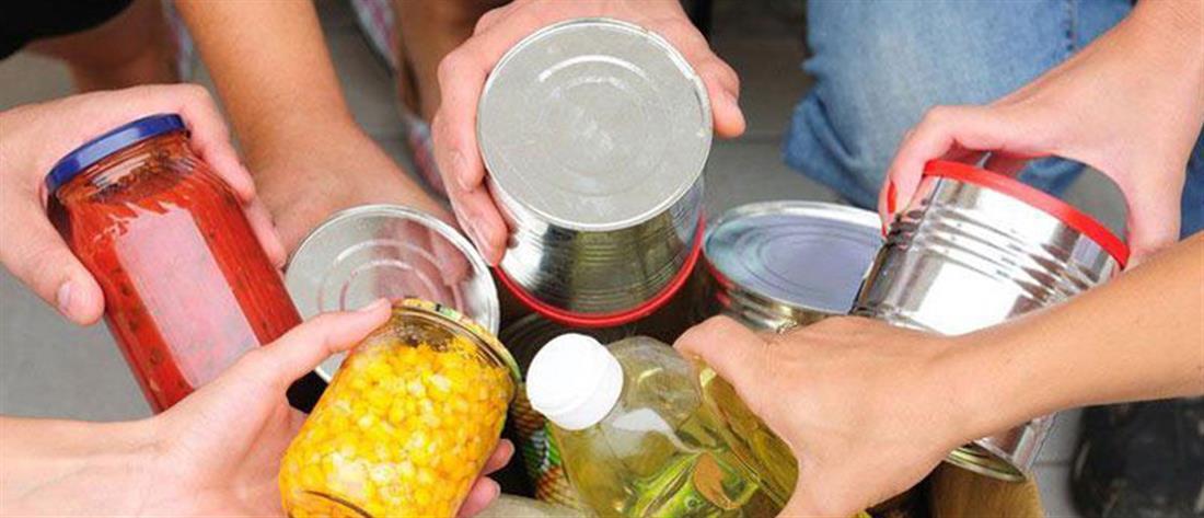 Διανομή τροφίμων στους δημότες Πειραιά