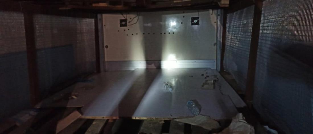 Συνελήφθησαν διακινητές που έκρυβαν αλλοδαπούς σε κρύπτη φορτηγού (εικόνες)